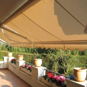 toldo de brazo articulado con tejido de lona en una terraza