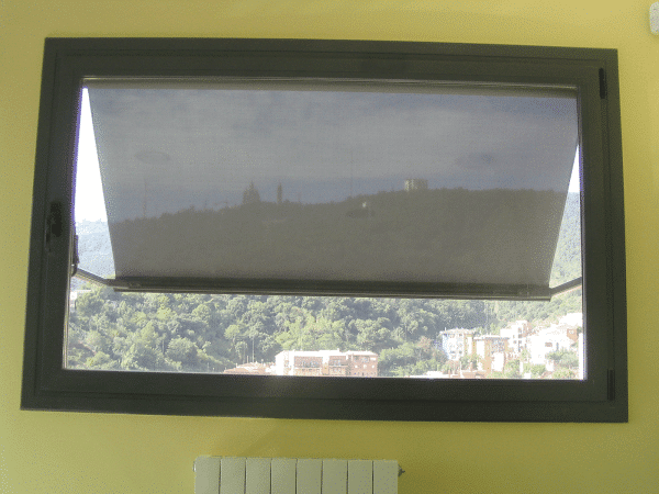 toldo de punto recto con tejido screen en una ventana