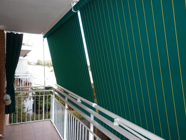 toldo telón o store con tejido de lona en un balcón