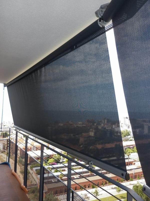 toldo telón o store con tejido screen en un balcón