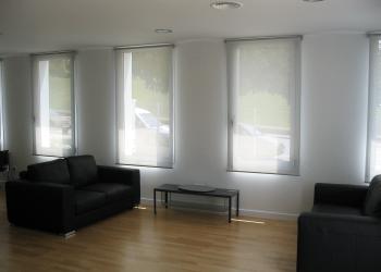 cortina enrollable con tejido screen en un comedor